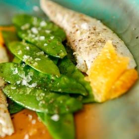 Filets de daurade aux pois gourmands et au poivre sauvage