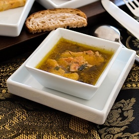 Foie gras au thé poché dans un bouillon de volaille