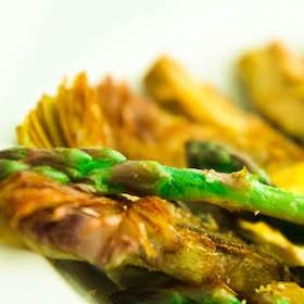 Asperges vertes, artichauts, œufs de caille et crème de parmesan safranée